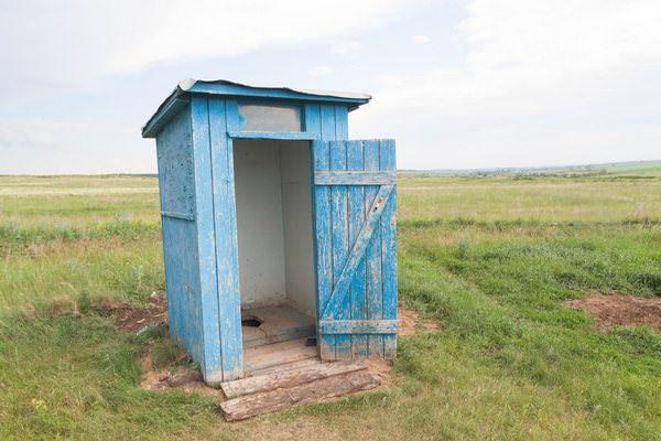 Почти разрушенная уборная деревенского типа снится к трудностям.