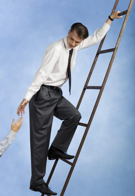 Поднимать лестницу – означает процветание и безграничное счастье.