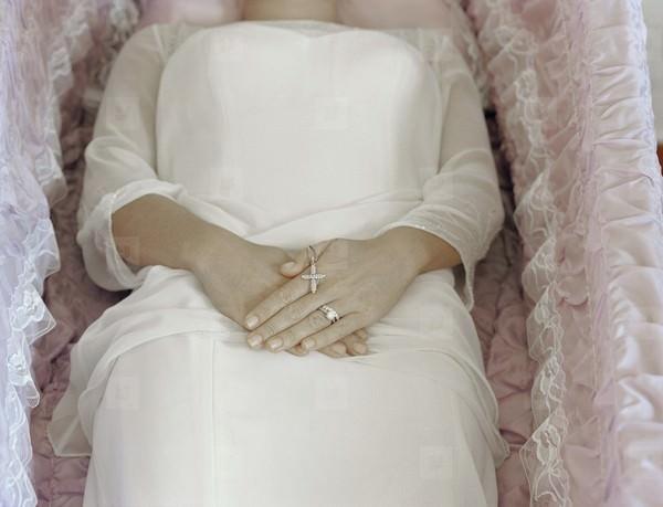 Сновидение, в котором является недавно умерший родственник или другой человек в светлой одежде, обещает повышение по службе.